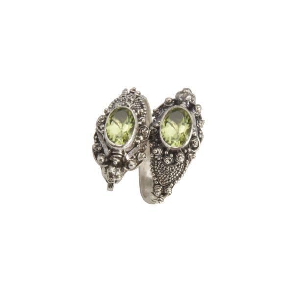 anillo de plata con dos cabezas de serpiente y peridoto lateral shadisilver